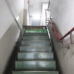 サードプレイスカフェ - 雑居ビルの急な階段。