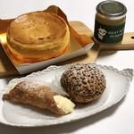 パティスリー レ・ド・シェーブル - 右上から時計回りで、ヤギミルクプリン、イボンヌのシュークリーム、カンノーリ、チーズケーキ