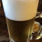 大衆酒場ぎんじ - ドリンク写真:生ビールと後ろにお通し。