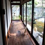 古材の森 - トイレに向かう廊下です。お庭も凄かった!