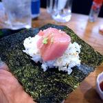 おぐろのまぐろ - 海苔に酢飯とマグロを乗せて手巻きずし