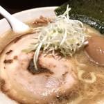 らー麺山之助 - 料理写真:煮たまごラーメン。うまし。だが老化した胃には少々きつい。