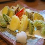 蕎や 月心 - 野菜の天ぷら盛り合わせ。とても盛り付けのセンスがいい、そして油がとてもきれいなお味。