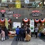 肥後国屋 - 道の駅ならぬ街の駅ってのがありましたよ。 街の中にあるから街の駅なんでしょうね。  熊本有名銘菓、県内の特産品、店前では野菜も売っていますよ。 何だか楽しそうな施設ですよね。  くまもんもいますね。