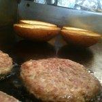 マグズカフェ - 肉厚のパティを鉄板で焼き上げ、アツアツをどうぞ!