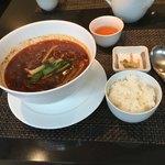 中国四川料理 道 - 酢辣湯麺。何で麺にご飯なんだ?と思って食べたのに辛いから食べれちゃいました(T-T)