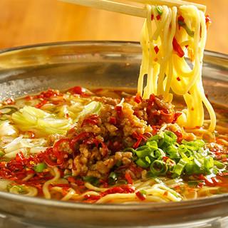 【必食!〆の台湾ラーメン】具材の旨味を吸った麺は影の立役者!