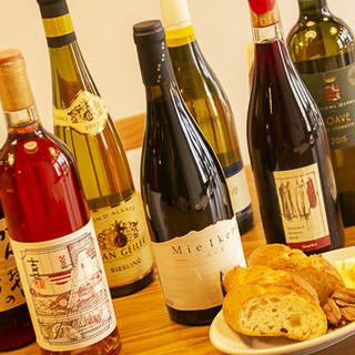 ワインセラーから選べるワインの数々。香り豊かなお茶割もご用意
