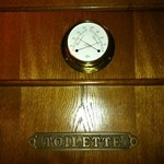 ALLEY - トイレの上の船舶用の温度・湿度計