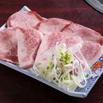 焼肉食堂 かっちゃんち - 上タン上カルビ(2点盛り)】誰もが好きな牛タンと牛肉の2点盛り。上物を100g以上のせた贅沢なひと皿。