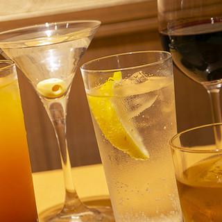 多彩なカクテルを中心にお酒をご用意。1杯からお気軽にどうぞ♪