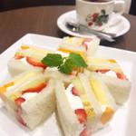 ホソカワ - フルーツサンド、紅茶