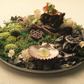 「水、葉、土、石」自然をモチーフとしたアミューズ。