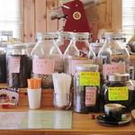 珈琲豆カノン - カウンターには、瓶に入ったコーヒー豆