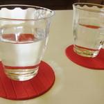 珈琲豆カノン - DURALEXのグラスに赤いコースター