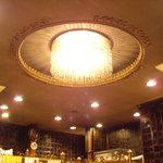 明華園 - なんとも前時代的かつショーワを感じさせる天井のシャンデリア