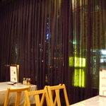 明華園 - ガラス窓を覆う黒いレースのカーテンもレトロでシック