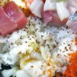 美たか鮨 - 中生ちらし(大盛り)寿司飯には白ゴマが振られています