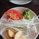 レッフェル - サラダ二皿め。というか、トマトとポテトは、鉄板に乗せる用。大根の切り方、荒い。長すぎ。