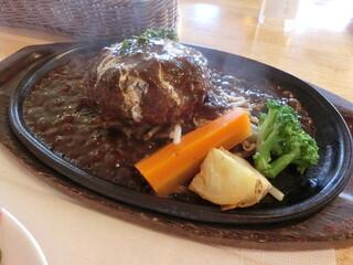 霜降りハンバーグとステーキの店 鉄重 町田店 - 湯気を立てるハンバーグ