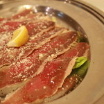 ブレザオラ (塩漬けし熟成させた、自家製牛肉の生ハム)