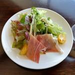 ピシ ピシ トモ - キレイでおいしいサラダ。生ハムと黄色いプチトマトが良いアクセントです。