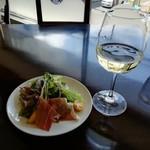 ピシ ピシ トモ - 白ワインとサラダ。おしゃれです。