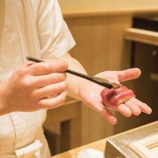 英語メニューあり。海外経験を持つ料理長による国際色豊かな鮨