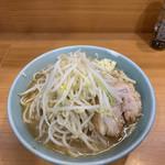 114587819 - 小ラーメン 麺半分 野菜少なめ ニンニク少し ブタ1枚