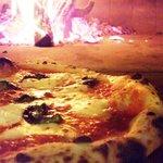 ピッツェリア カローレ - 約500℃で一気に焼き上げるピッツァは、中はもちっ!外はカリッ♪