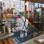 すぎうらベーカリー - 店内ガラス越しに調理の様子が見えます