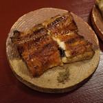 神楽坂 阿部 - 蒲焼前が一色産養殖、後ろが天草天然