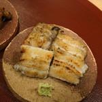 神楽坂 阿部 - 白焼き前が一色産養殖、後ろが天草天然