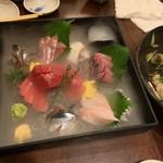 旬魚と個室 和食りん  - 造り:名物 旬魚の宝石箱 蓋を開けたら、ドライアイスの煙。 鮪の赤身、中トロ、秋刀魚、タコ、アカムツなど6種類。 鮮度がとてもいい。大満足。