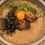 旬魚と個室 和食りん  - 〆:名物フォアグラ炊き込みご飯 フォアグラのかたまりがのった土鍋ご飯。 卵黄と一緒にフォアグラをつぶして混ぜます。 これが美味しい。お好みで塩。