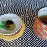 露伴亭 - カレーの前に出た冷たいお茶とお菓子