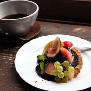 ティアンティアン - 黒いヨーグルトタルトと季節のフルーツプレート