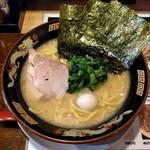 神山 - 料理写真:濃厚とんこつ醤油ラーメン(680円)