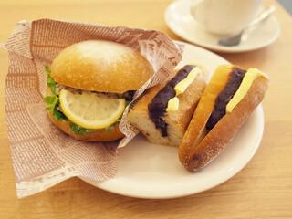 手づくりのデリとパン カフェココナ - サバのレモンバジルサンド(400円)とあんバターサンド(400円)