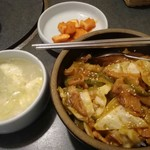 高麗 - 料理写真:高麗流焼肉丼(たまごスープと、カクテキちょっぴり5~6粒付き)