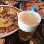 114619846 - ピザを食べ始めてからビール到着