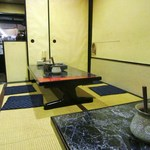 チーズタッカルビ 肉 居酒屋半 - 広めの座敷