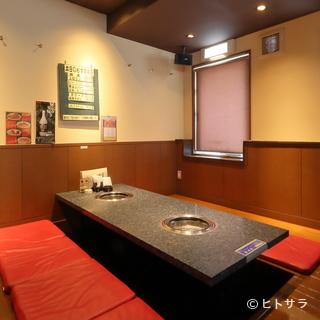 テーブル席、座敷席があり個室も完備された3フロアの店内