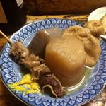 屋台まみちゃん - 牛スジ、ダイコン、コンニャク、巾着。味がとても良く浸みた、美味しいおでんです。