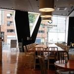 ダウンステアーズコーヒー - 店内のテーブル席