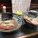 洛二神 - 左:煮干しそば750円 右:超煮干しそば800円