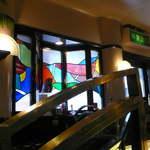 吟和 - 懐古調のステンドグラスが美しい店内