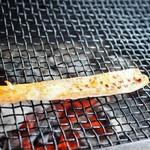 喰い処 鮭番屋 - ハラスを焼いてるところ