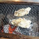 喰い処 鮭番屋 - 牡蠣を焼いてるところ