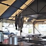 喰い処 鮭番屋 - テントの中で焼き焼き